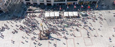 MUNICH Tyskland - Maj 5, 2018: Den flyg- sikten av överkanten av det Munich centret, Marienplatz, med folk tränger ihop att se up arkivfoton