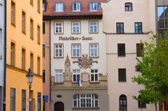 Munich Tyskland - Maj 02, 2017: Fasaden av det gamla bostads- huset av Munich i Bayern Arkivbilder