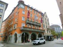Munich Tyskland - Maj 02, 2017: Fasaden av det gamla bostads- huset av Munich i Bayern Royaltyfri Foto