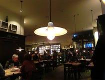 Munich Tyskland - Maj 01, 2017: Folket som vilar på traditionella bayerska Tracht i restaurangen eller baren Stubn med ölkrus Royaltyfri Bild