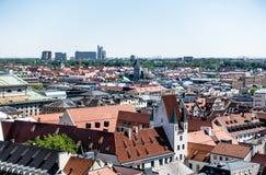 MUNICH Tyskland - Maj 5, 2018: Intressera panoramasikt av det Munich centret, med historiska och moderna byggnader kopiera avstån royaltyfria bilder