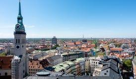 MUNICH Tyskland - Maj 5, 2018: Scenisk sikt uppifrån av det Munich centret med kopieringsutrymme royaltyfri fotografi