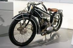 Munich Tyskland - mars 10, 2016: Motorcykeln i museumbmw-bård i Munchen framlade både nya modeller och gamla BMW bilar Arkivfoton