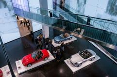 Munich Tyskland - mars 10, 2016: samling av klassiska bilar på skärm i BMW museet Arkivfoton