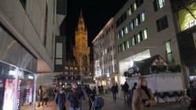 MUNICH TYSKLAND - NOVEMBER 20 2018: Nytt stadshus på Marienplatz i den Munich staden san för natt för fjärdbroca francisco tid lä lager videofilmer