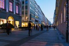 Munich Tyskland - Oktober 20, 2017: Aftonliv av pedestren Royaltyfri Fotografi