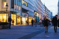 Munich Tyskland - Oktober 20, 2017: Aftonliv av pedestren Royaltyfri Bild