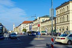 Munich Tyskland - Oktober 20, 2017: Ludwigstrasse och StLudwig Arkivbild