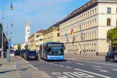 Munich Tyskland - Oktober 20, 2017: Ludwigstrasse och StLudwig Fotografering för Bildbyråer