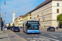 Munich Tyskland - Oktober 20, 2017: Ludwigstrasse och StLudwig Arkivfoton