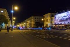 Munich Tyskland - Oktober 20, 2017: Ludwigstrasse på natten med Royaltyfri Bild
