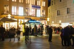 Munich Tyskland - Oktober 20, 2017: Nattsikt av turister och l Royaltyfri Bild