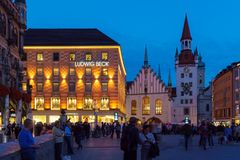 Munich Tyskland - Oktober 20, 2017: Nattsikt av turister på mor Royaltyfri Bild