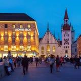 Munich Tyskland - Oktober 20, 2017: Nattsikt av turister på mor Arkivfoton