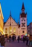 Munich Tyskland - Oktober 20, 2017: Nattsikt av turister på mor Fotografering för Bildbyråer