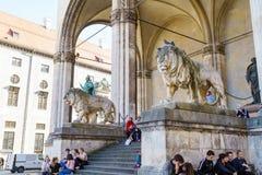 Munich Tyskland - Oktober 20, 2017: RäkningsTilly staty 1844 förbi Arkivfoton