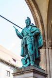 Munich Tyskland - Oktober 20, 2017: RäkningsTilly staty 1844 förbi Arkivbilder