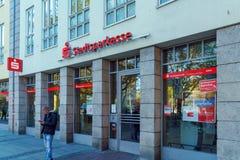 Munich Tyskland - Oktober 20, 2017: Rött tecken och fönster med Royaltyfri Fotografi