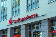 Munich Tyskland - Oktober 20, 2017: Rött tecken och fönster med Arkivfoto