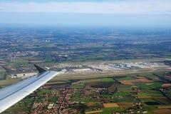 MUNICH TYSKLAND - OKTOBER 15, 2016: Sikt av flygplatsen som är kort efter starten, wingview Arkivfoton