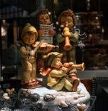 Munich Tyskland - Oktober 12, 2016: Ställa ut antikt shoppar Porslinstatyetter av musikerpojkar arkivfoton