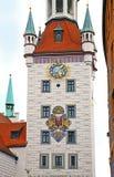 Munich Tyskland - sagatornet av det gamla stadshuset Arkivfoto