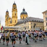 MUNICH Tyskland - September 17, 2017: Den Octoberfest öppningen ståtar, med traditionella musiker och Cityscape royaltyfria bilder