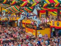 Munich Tyskland - 23 September 2013 Det Oktoberfest Hippodrom tältet dekoreras med diagram av hästen royaltyfri foto