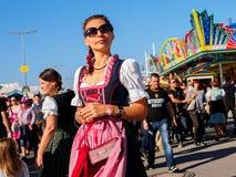Munich Tyskland - September 21: Oidentifierad flicka på Oktoberfesten på September 21, 2015 i Munich, Tyskland Royaltyfri Fotografi
