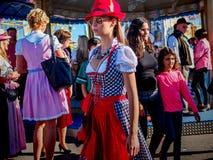 Munich Tyskland - September 21: Oidentifierad flicka på Oktoberfesten på September 21, 2015 i Munich, Tyskland Fotografering för Bildbyråer