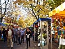 Munich, visitantes en el mercado de pulgas del aire abierto de Auer Dult Imágenes de archivo libres de regalías