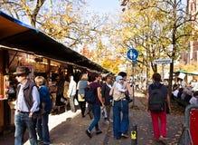Munich, visitantes y turistas en el mercado de pulgas del aire abierto de Auer Dult Fotos de archivo libres de regalías