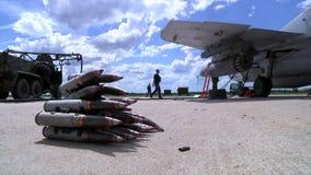 Munición armada para los aviones de combate militares MIG-29 almacen de metraje de vídeo