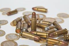 Munición y monedas válidas Ventas de armas y de la munición imagen de archivo