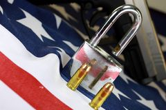 Munición y candado en la bandera de Estados Unidos - dispare contra las derechas y el concepto de control de armas Foto de archivo libre de regalías