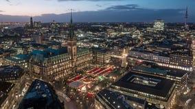 Municipio di Amburgo con il lasso di tempo del mercato di Natale stock footage