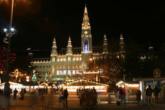 Municipio di Vienna nella notte, tempo di natale Immagine Stock Libera da Diritti