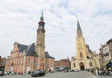 Municipio e la chiesa della nostra signora in Sint-Truiden, Limburgo, B immagini stock libere da diritti