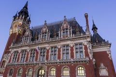 Municipio (Hotel de Ville) a Place du Soldat Inconnu a Calais Immagine Stock Libera da Diritti