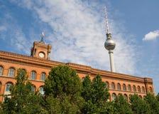 Municipio rosso e la televisione torreggiano su - Berlino Fotografia Stock Libera da Diritti