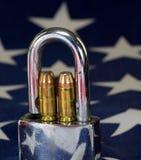 Munição e cadeado na bandeira do Estados Unidos - atire em direitos e em conceito de controlo de armas Imagens de Stock Royalty Free