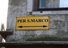 munisca di segnaletica con le direzioni per andare al quadrato del segno di Sanint in Venic Fotografie Stock Libere da Diritti