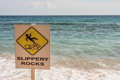 Munisca di segnaletica le rocce sdrucciolevoli alla spiaggia fotografie stock