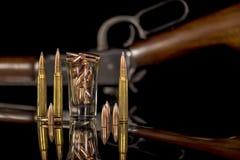 Munitie en kogels met een geweer Stock Foto