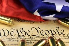 Munitie en vlag op de Grondwet van de V.S. - Geschiedenis van het Tweede Amendement Royalty-vrije Stock Foto's