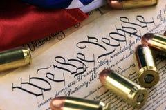 Munitie en vlag op de Grondwet van de V.S. - Geschiedenis van het Tweede Amendement stock foto