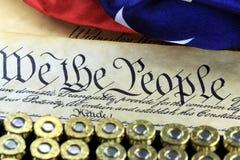Munitie en vlag op de Grondwet van de V.S. - Geschiedenis van het Tweede Amendement stock fotografie