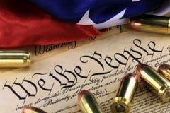 Munitie en vlag op de Grondwet van de V.S. - Geschiedenis van het Tweede Amendement royalty-vrije stock foto