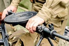 Munitie, machinegeweren en militaire levering van de Tweede Wereldoorlog stock fotografie