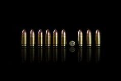 Munition auf einem schwarzen Hintergrund Stockfotografie